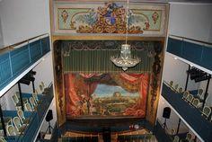 Chinchón: junto a la torre del reloj,esta el Teatro Lope de Vega,fue construido en 1891 en el Palacio de los Condes. arrasado por la guerra de Sucesión Española.A modo de telón tiene un lienzo que recrea la estampa de Chinchón.