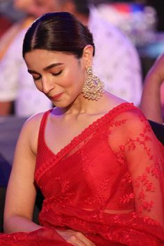 Alia Bhatt rocks the red Sabyasachi saree like a pro as she wins big at REEL Awards 2019 - HungryBoo Alia Bhatt Cute, Alia And Varun, Daily Beauty Routine, Saree Look, Beautiful Saree, Beautiful Gif, Beautiful People, Saree Styles, Beauty Skin
