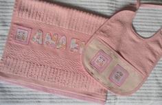 Conjunto toalha e babador bordado à mão em patch aplique. R$35,00
