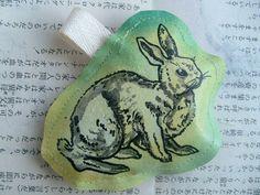 Ein Hase, gemalt auf Leinwand.Es ist wie gemaltes Bild , als Astecker um es überall mit zu nehmen.  Hand gemalt, Rückseite Stoff gepunktet mit Sicherh