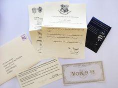 Kit d'admission à Poudlard Complet avec lettre d'admission personnalisée, carte à gratter Choixpeau Magique, Billet Voie 9/3, Liste de Fournitures, Mot du Ministère de la magie, Enveloppe
