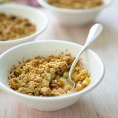 Découvrez la recette Crumble pomme rhubarbe sur cuisineactuelle.fr.