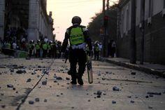 Un policier anti-émeute dans les rues de Guatemala City, le 3 avril 2013. Jorge Lopez / Reuters