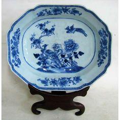Bela saladeira em porcelana oriental, do final do séc. XIX, decoração em azul com flores e pássaros. Med. 7,5x30x24,5 cm.
