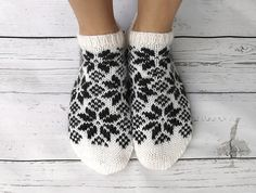 Ravelry: Slippers in north pattern by Gurimalla Design Knitted Mittens Pattern, Knitted Slippers, Baby Knitting Patterns, Knitting Socks, Crochet Patterns, Free Knitting, Yarn Projects, Knitting Projects, Norwegian Knitting