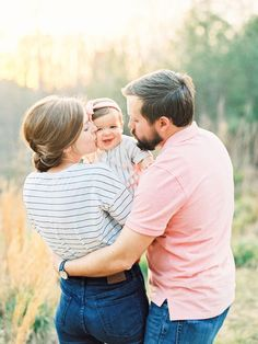 family photo outfits Nancy and I did a session swap a few weeks ago, mainly for the NRP promotional video but also because, let's just be real, it's fun and why not? We made a nigh Summer Family Pictures, Family Photos With Baby, Outdoor Family Photos, Fall Family Photos, Couple With Baby, Christmas Pictures, Family Shoot, Family Photo Sessions, Family Posing