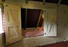 bedstee idee, met trapje naar de zolder boven veranda, speelruimte voor de jongens, nachtje slapen?