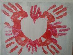 Een hart ♡ met handen van de kleinkinderen