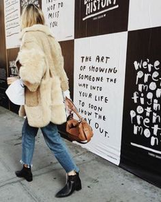 winter fur coat, fringe hem boyfriend jeans, and black ankle boots with a classic brown bag for an easy warm look Looks Style, Looks Cool, Style Me, Trendy Style, Fashion Weeks, Fashion Gone Rouge, Mode Outfits, Mode Inspiration, Journal Inspiration