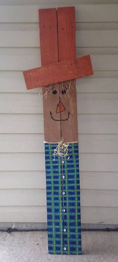 reclaimed wood pallet scarecrow. Great way to greet your holiday guests on your porch or indoors to add some holiday cheer. The colors can possibly