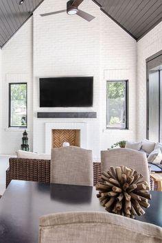 rustique maison renovation plafond inspiration décoration plafond salon table noir mur blanc briques