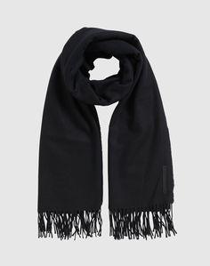 Der edle Schal von WHYRED kommt im schlichten Design daher. Das feine Material aus Lamawolle ist durch seine wärmenden und weichen Eigenschaften der perfekte Begleiter für den Winter.