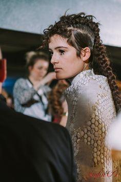 Découvrez les images magnifiques captées par notre photographeAnastasia Abramova-Guendeldans le backstage du défilé. Admirez ce minutieux travail des stylistes-visagistes donnant une allure mythi…