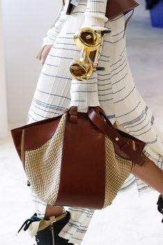 "Loewe Spring 2017 Ready-to-Wear Fashion Show Details sac cuir et raphia :"" Hammock "" Fashion Handbags, Purses And Handbags, Fashion Bags, Unique Handbags, Fashion Fashion, Runway Fashion, Spring Fashion, Fashion Trends, Women's Handbags"