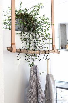 Lav en pladssparende viskestykkeholder i rustikt træ og læder. Vi guider dig trin-for-trin gennem denne lette DIY til køkkenet.