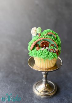 Tutorial for cupcakes that look like Hobbit holes (houses) from the Lord of the Rings, and when all grouped together look like the Shire! Bolo Hobbit, Hobbit Cake, The Hobbit, Cupcake Recipes, Cupcake Cakes, Hobbit Party, Ring Cake, Cupcake Tutorial, House Cake