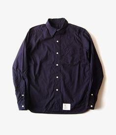 張りのあるコットン素材を使用したNAVY、薄手のシャンブレー素材を使用したCHAMBRAY。 同じパターンだが表情の違うこちらのシャツは、2色で押さえたいアイテム。