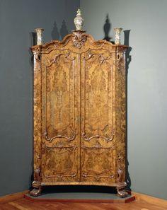 Hoekkast (corner cabinet) met twee deuren, belijmd met wortelnotenhout met verkropte kap met hoekig gebogen kroonlijst met gestoken kuif met rocaille, anoniem, ca. 1750 - ca. 1765. Collection Rijksmuseum, Amsterdam