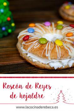 Hacer un roscón de Reyes no es tarea fácil, por eso este roscón elaborado con masa de hojaldre es ideal para hacerlo con los peques de la casa, que podrán divertirse mientras decoran este dulce con sus chuches favoritas. Quedará muy colorido y se prepara en menos de 30 minutos. Es un roscón exprés.