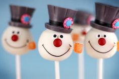 Bakerella's Frosty the Snowman Cake Pops are an iconic confection. Topped with a Reese's Peanut Butter cup as his infamous hat and a mini red M&M nose, the pops are identical to the corn cob piped man. For another snowy treat of Bakerella' Christmas Cake Pops, Noel Christmas, Christmas Goodies, Christmas Treats, Christmas Baking, Holiday Treats, Holiday Fun, Xmas, Christmas Desserts