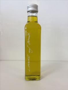 Limone auf Olivenöl - Ein außergewöhnlich fruchtigesund besonders vielseitiges veredeltes spanisches Olivenöl mit Auszügen der Zitrone. Angenehm frisch, ideal für sommerliche Salate und Fisch oder zum Abschmecken Ihrer feinen mediterranen (Pasta-) Gerichte. Diefeinen Noten der Zitrone verfeinern auch den Geschmack von Fleisch, Kartoffeln, Saucen und Eintöpfen auf feine Art.Es ist einfach ein würzig-frisches Öl der Extraklasse, das in keiner Küche fehlen darf. Guten Appetit!