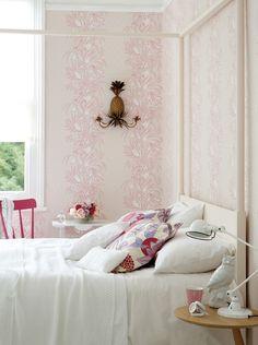 Verspielte Muster In Kombination Mit Puristischen Details In Weiß  Versprühen Im Schlafzimmer Einen Romantischen Touch, Ohne Aufdringlich Zu  Sein