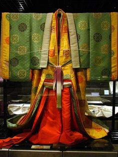 Layer Kimono (front) Twelve Layer Kimono (front) /This replica Heian period twelve layer kimono is on display at the Kyoto Culture Museum.Twelve Layer Kimono (front) /This replica Heian period twelve layer kimono is on display at the Kyoto Culture Museum. Heian Era, Heian Period, Japanese Geisha, Japanese Beauty, Mode Kimono, Mode Costume, Kimono Japan, Japanese Costume, Japanese Textiles