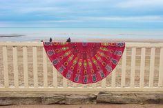 Drap de plage rond inspiré des magnifique mandalas indien.    Parfait en guise de paréo, pour faire du yoga, pour un pique-nique ou même pour décorer votre intérieur posé sur un canapé, sur un lit ou bien accroché à un mur. Ce drap vous accompagnera partout. Parfait, Beach Mat, Outdoor Blanket, Mandalas, Indian, Wall