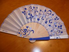 Cenefa en azul y blanco Hand Held Fan, Hand Fans, Chinese Fans, Fan Decoration, Beautiful Hands, Asian Art, Pink Purple, Projects To Try, Artsy