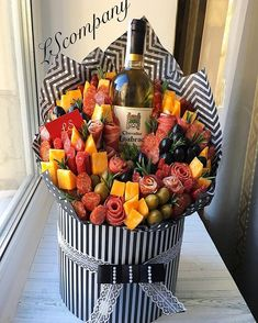 Food Bouquet, Gift Bouquet, Candy Bouquet, Charcuterie Recipes, Charcuterie And Cheese Board, Arte Bar, Plateau Charcuterie, Party Food Buffet, Gift Box Cakes
