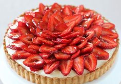 Strawberry and White Chocolate Mousse Tart Egg Recipes, Sweet Recipes, Dessert Recipes, Just Desserts, Delicious Desserts, Yummy Food, Tart Dough, Cheesecake Tarts, White Chocolate Mousse