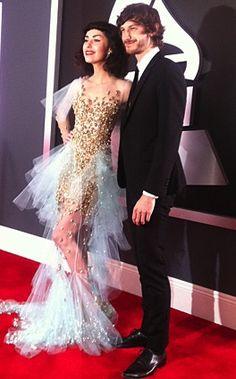 Kimbra y Gotye en su llegada a la alfombra roja de los Grammys 2013