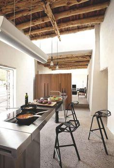 Dans cette maison en pierre avec poutres apparentes, la cuisine ouverte mêle design et esprit rustique avec succès. Plus de photos sur Côté Maison http://petitlien.fr/7smy