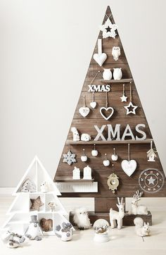 It's that time of the year and you must be looking for mesmerizing outdoor Christmas tree decorations for your home. Christmas trees and their decoration [. Pallet Christmas Tree, Noel Christmas, Outdoor Christmas, Rustic Christmas, All Things Christmas, Modern Christmas, Handmade Christmas, White Christmas, Christmas Jingles