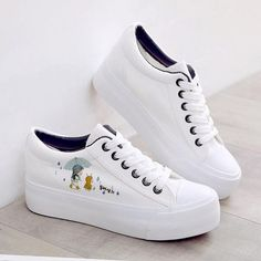 It's important to choose the correct women's sneakers when using them for different activities. Read more to learn how to choose the right women's sneakers. Vans Converse, Vans Sneakers, Sneakers Fashion, Fashion Shoes, Platform Sneakers, Sneakers Women, Black Sneakers, Pretty Shoes, Cute Shoes