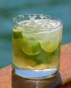 No Brazilian aperitif without caipirinha! We invite you to discover how to prepare this very popular cocktail in Brazil. Here is the recipe with lime and cachaça, Brazilian rum. by Audrey Brazilian Rum, Brazilian Cocktail, Cocktail Party Food, Cocktail Drinks, Cocktail Recipes, Popular Cocktails, Classic Cocktails, Drinks Alcohol Recipes, Non Alcoholic Drinks