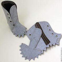 Продолжаем серию мастер-классов по шитью кукольной обуви на колодке. Сегодня я расскажу, как сшить сапожки или ботинки из кожзама. Итак, для работы нам понадобятся: - отрез коричневого кожзама для сапожек и кусочек белого — для стелек; - плотный картон; - материал для подошвы (у меня — обувная профилактика 1,8 мм); - декоративный кант (у меня — из профилактики, но можно использовать фоамиран или…