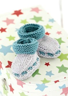 Explore our free patterns and find out how easy knitting can be. A huge range of beginner knitting patterns including simple scarf, blanket and sweater patterns! Baby Cardigan Knitting Pattern Free, Beginner Knitting Patterns, Baby Boy Knitting, Knitting For Beginners, Free Knitting, Crochet Patterns, Caron Simply Soft, Free Baby Patterns, Baby Bootees