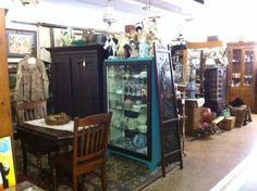Thrift shops and antique stores in Memphis, TN for treasure hunters! Antique Show, Antique Stores, Thrift Store Shopping, Travel Music, Memphis Tennessee, Flea Markets, At Home Store, Fleas, Hunters