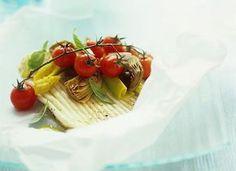Découvrez cette recette de papillote facile à préparer. Pour préparer ce plat de poisson, il vous faudra : des ailes de raie, des oignons, des cœurs d'artichaut, des tomates cerises, du basilic, de l'huile d'olive et du court bouillon de poisson.