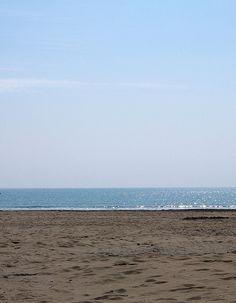 Marrone la sabbia, azzurri mare e cielo