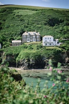 When it comes to Cornwall, it's unspoilt villages are where this English county really shines. Here is a guide to the most beautiful villages in Cornwall, which hopefully you will be adding to your list to explore! Cornwall Cottages, West Cornwall, Cornwall England, North Cornwall, Yorkshire England, Yorkshire Dales, Port Isaac, Fishing Villages, English Countryside