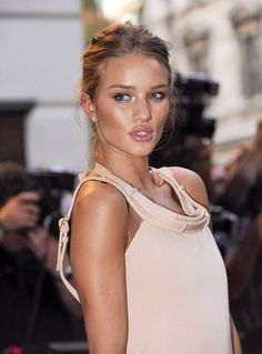 Beautiful Rosie Huntington-Whiteley with bronzed makeup look Rosie Huntington Whiteley, Rose Huntington, Beauty Makeup, Hair Makeup, Hair Beauty, Dewy Makeup, Blond, Cute Hairstyles, Wedding Hairstyles