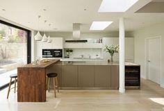 Modern Wooden Kitchen Bar Designs For Small Spaces Kitchen Benches, Wooden Kitchen, New Kitchen, Kitchen Dining, Kitchen Bar Design, Open Plan Kitchen Living Room, Breakfast Bar Kitchen, Breakfast Bars, Küchen Design