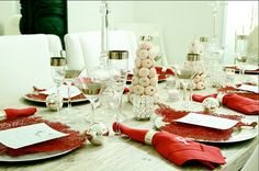 Thanks to Nautical Cottage Blog and Beautiful Details - gorgeous coastal holiday table!