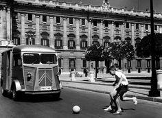 Jugando en la plaza de Oriente en 1965