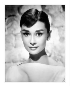 hollywood icons Audrey Hepburn is the epitome of elegance. Here's a list of 50 things you can learn from her! Audrey Hepburn Biography, Style Audrey Hepburn, Aubrey Hepburn, Audrey Hepburn Photos, Audrey Hepburn Eyebrows, Audrey Hepburn Bangs, Hollywood Icons, Hollywood Stars, Classic Hollywood