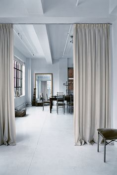 Amsale Aberra's Stylish New York Loft – – - Raumteiler Cheap Room Dividers, Modern Room, Home, Apartment Interior, Modern Room Divider, New York Loft, Cheap Rooms, Curtain Room, Long Curtains