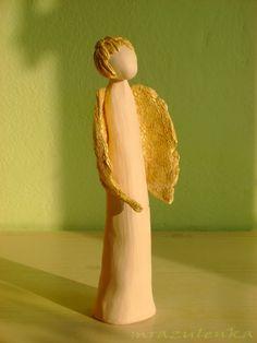 ANDĚL+autorská+soška+ze+světlé+hlíny,+zlatá+křídla+a+vlasy.+výška+cca+24cm