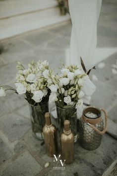 Wonderful church decoration with craft elements, real flowers and fabric that gives an authentic rustic style. Earthy, white and bronze details dominates! The ideal decoration for a rustic wedding! Like for more church decor ideas!